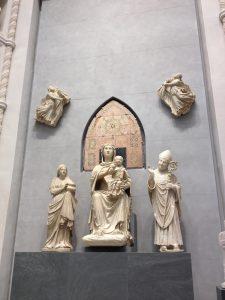 イエスを抱くガラスの瞳の聖母(中)と聖女レパラータ(左)と聖ザノビ(右)