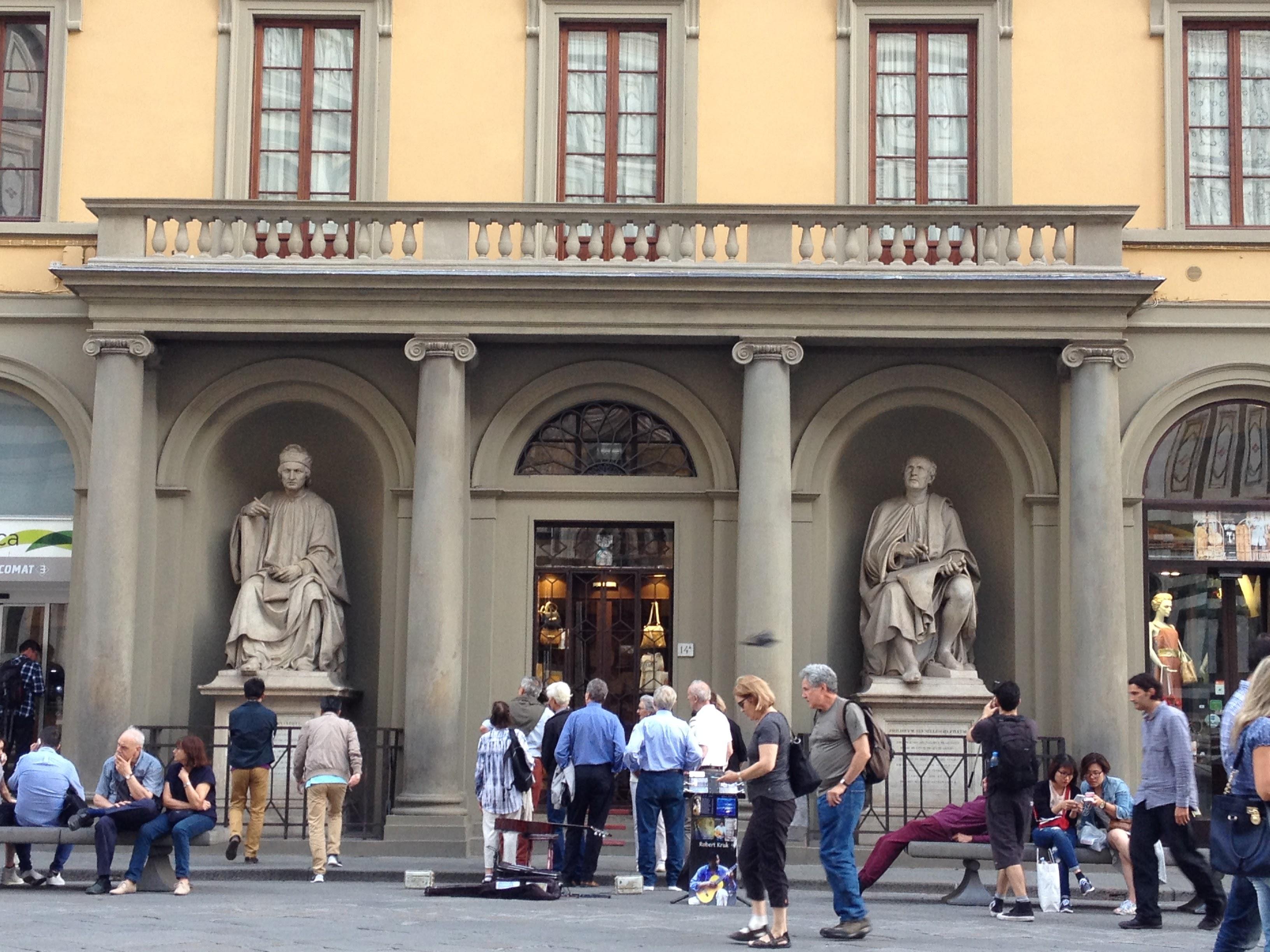 ドゥオモの向かい側から、それぞれ自分の作品を見つめるアルノルフォ・ディ・カンビオ(左)とフィリッポ・ブルネレスキ(右)