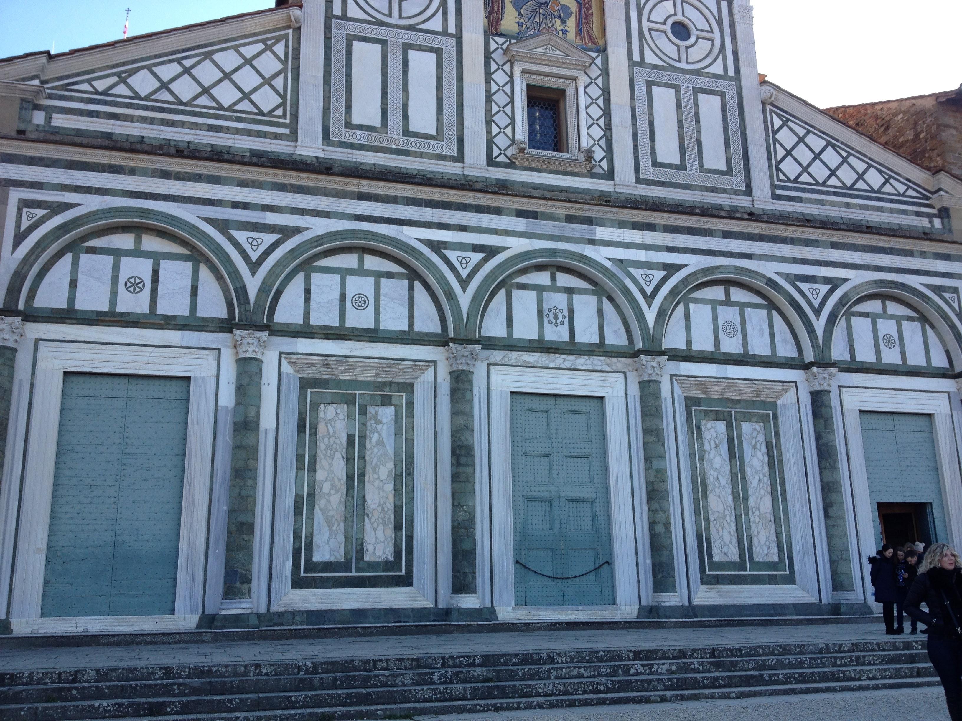 ロマネスク様式の美しい教会。外観は2時代に分けて建てられたので、様式の変化が面白いです。
