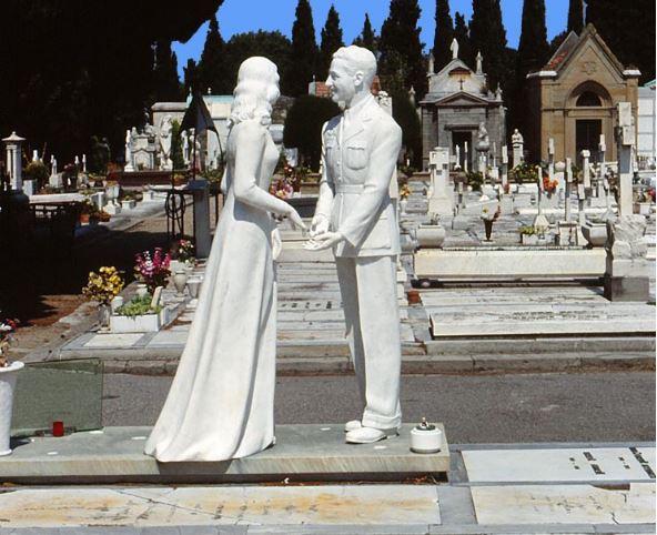 まるで恋人同士を再現したかのような墓碑