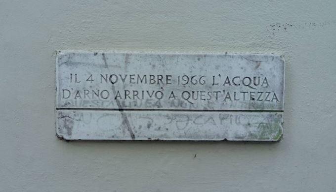 1966年11月4日 フィレンツェ、アルノ川の洪水の被害を伝えるプレート