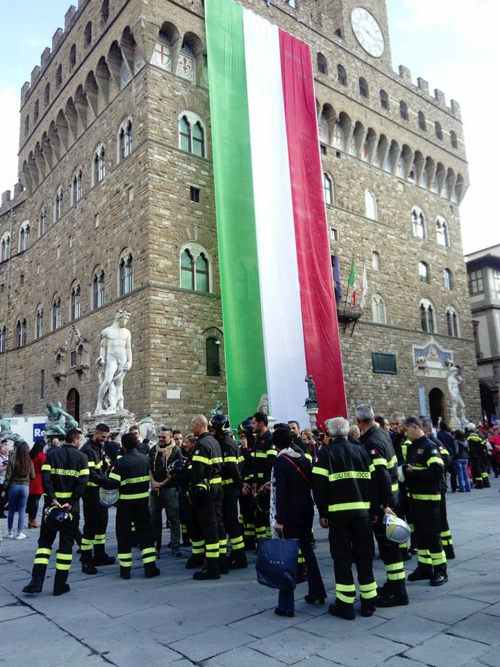 シニョーリア広場での消防隊による式典