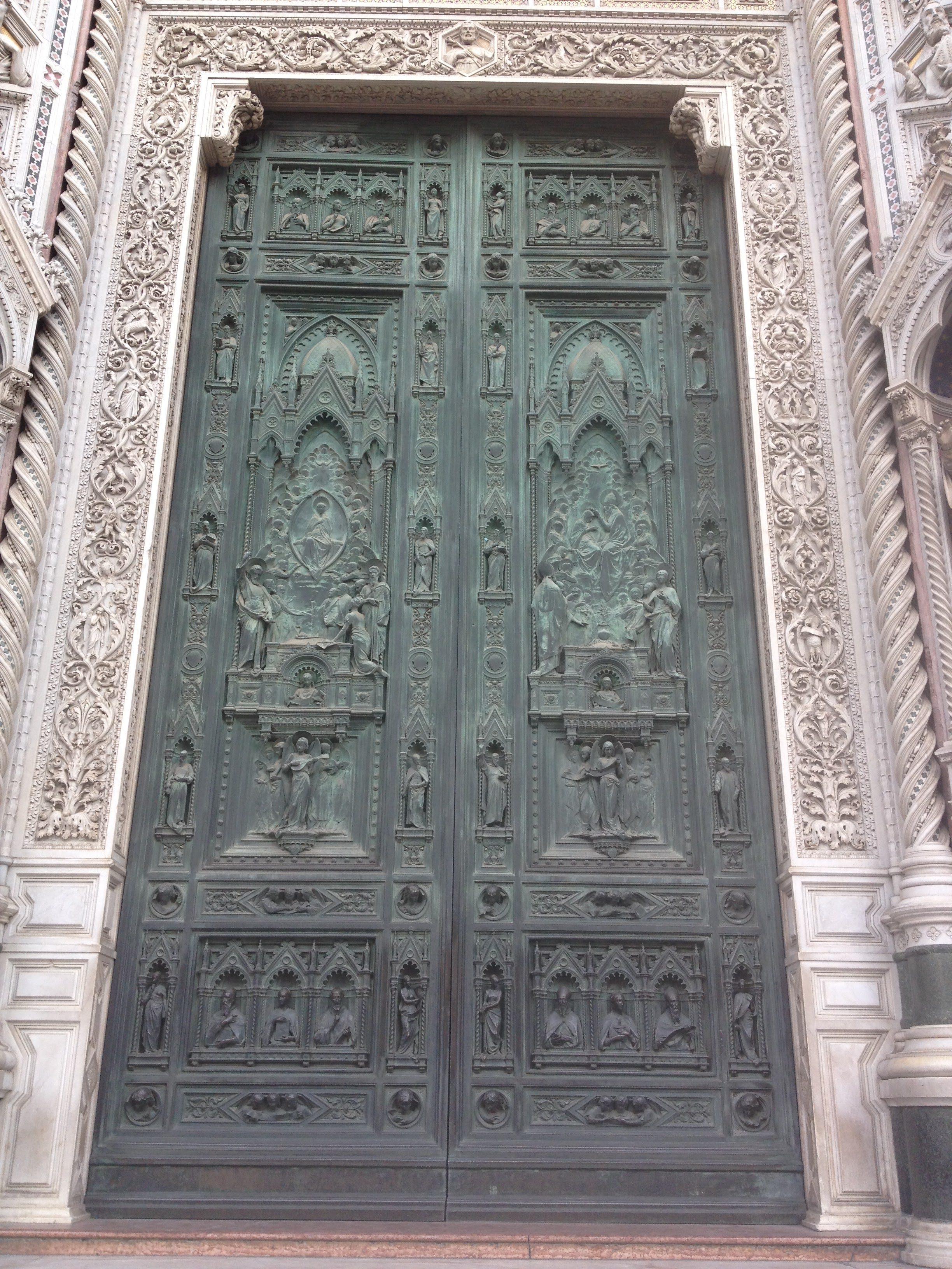ファサード中央扉 「聖母の被昇天」と「聖母の戴冠」