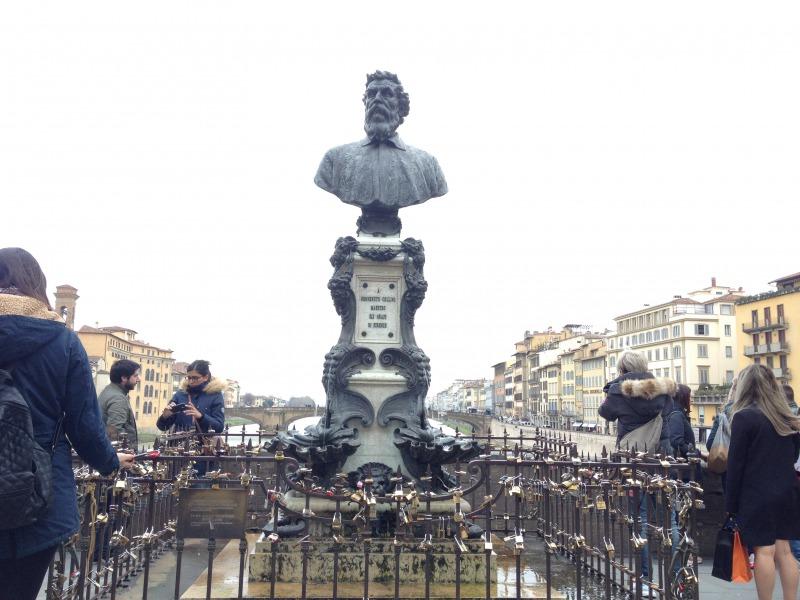 ベンヴェヌート・チェッリーニの胸像<br />ラファエッロ・ロマネッリ, 1901<br />ヴェッキオ橋, フィレンツェ