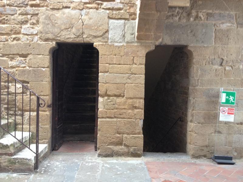 右が上がってきた階段、左はここから上へ向かう階段