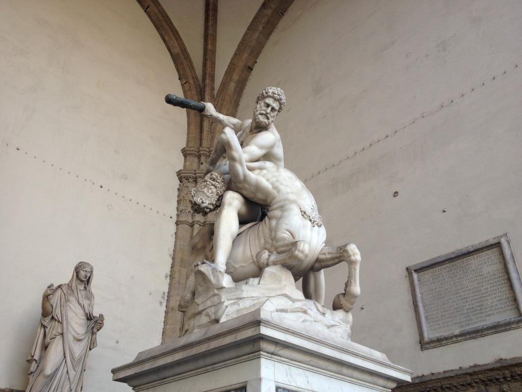 ヘラクレスの後ろにひっそりとある石碑です