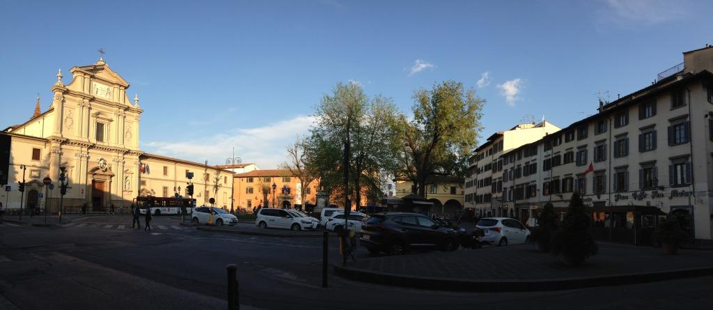 左手がサン・マルコ教会、右手の建物のいずれかの窓からビアンカは広場を見ていた