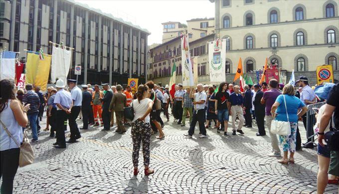 フィレンツェ 街の人の服装8月